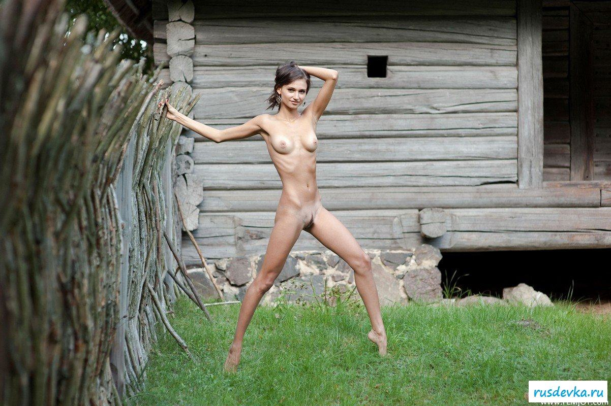 Фото голые девушки на деревенском котловане