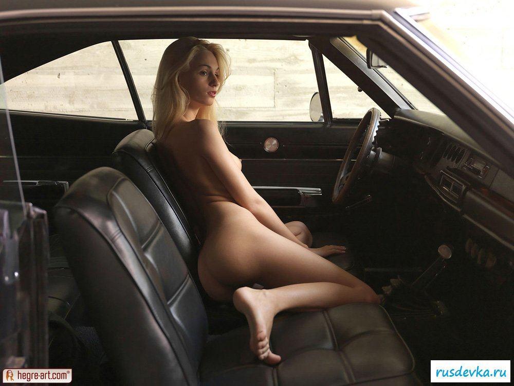 Обнаженная блондинка за рулем автомобиля