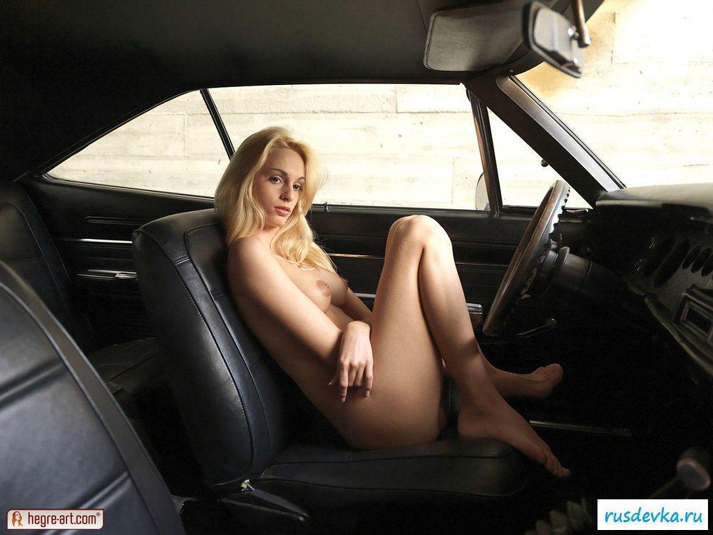 Голая блондинка за рулем