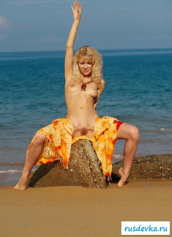 Страстная блондинка на пляже