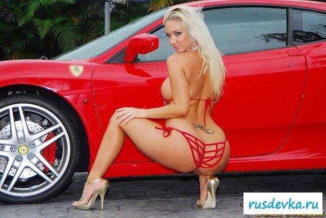 Сексапильная Ryna голышом моет машину