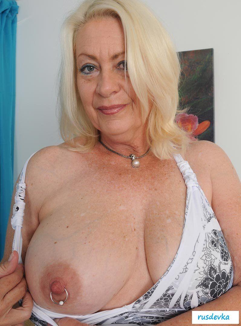 так остаются большие груди старушек зрелых женщин по-прежнему